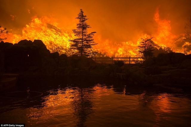 Cháy 80 km2, bầu trời đỏ rực như tận thế ở Mỹ - 6