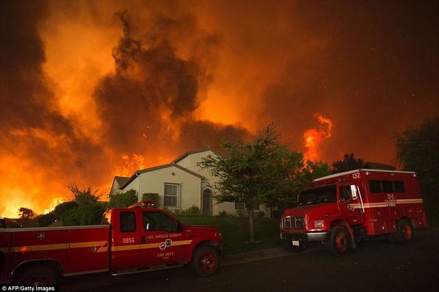 Cháy 80 km2, bầu trời đỏ rực như tận thế ở Mỹ - 5