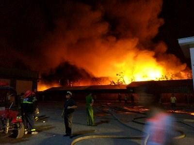 Cháy lớn tại nhà máy sản xuất nến Hải Phòng - 3