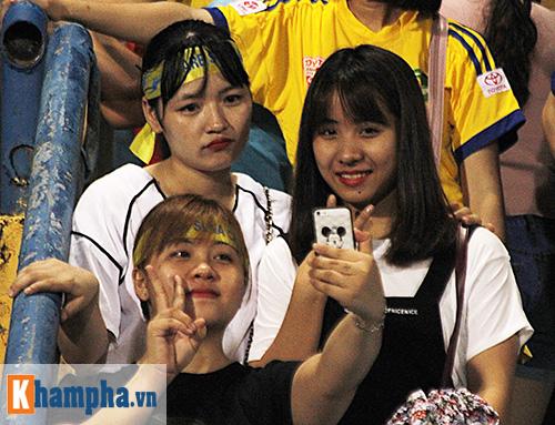 """Fan nữ xứ Nghệ lại """"tỏa sáng"""" trên sân Hàng Đẫy - 3"""