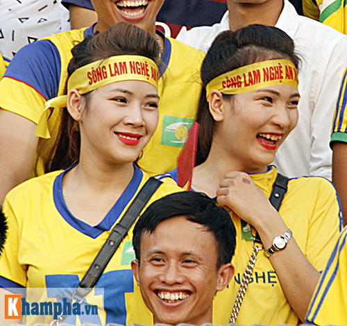 """Fan nữ xứ Nghệ lại """"tỏa sáng"""" trên sân Hàng Đẫy - 7"""
