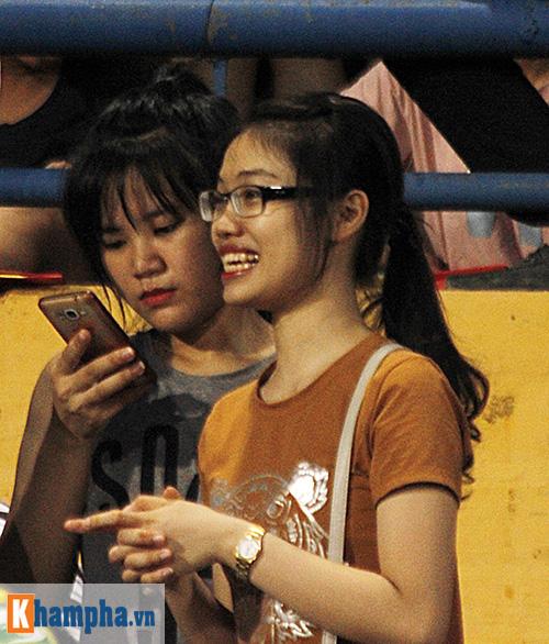 """Fan nữ xứ Nghệ lại """"tỏa sáng"""" trên sân Hàng Đẫy - 8"""