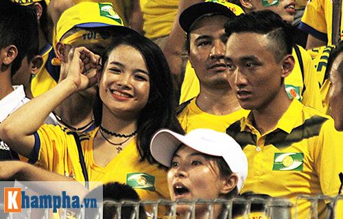 """Fan nữ xứ Nghệ lại """"tỏa sáng"""" trên sân Hàng Đẫy - 5"""