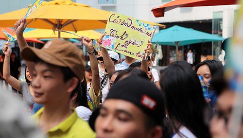 Giới trẻ HN ôm người lạ trên phố dưới tiết trời 38 độ - 3