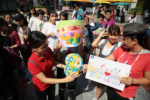 Giới trẻ HN ôm người lạ trên phố dưới tiết trời 38 độ - 2