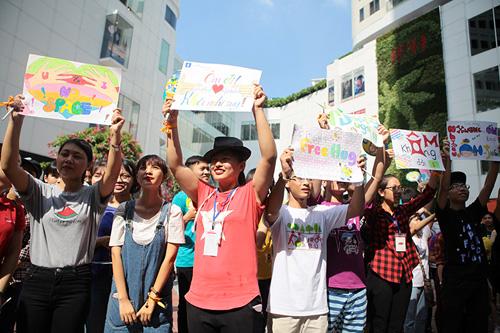 Giới trẻ HN ôm người lạ trên phố dưới tiết trời 38 độ - 4