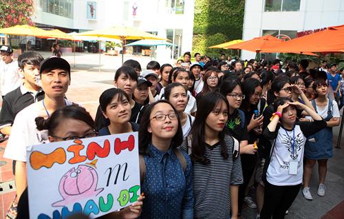 Giới trẻ HN ôm người lạ trên phố dưới tiết trời 38 độ - 1