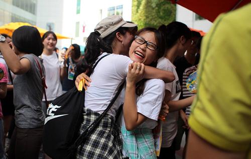 Giới trẻ HN ôm người lạ trên phố dưới tiết trời 38 độ - 7