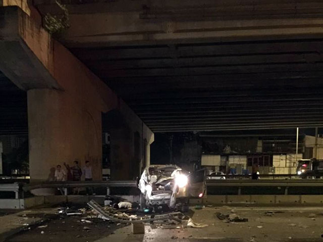 HN: Ô tô rơi từ cầu Thanh Trì xuống đất, tài xế tử vong - 2