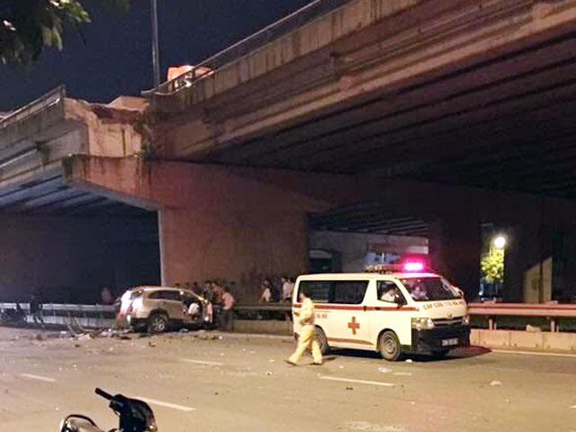 HN: Ô tô rơi từ cầu Thanh Trì xuống đất, tài xế tử vong - 1
