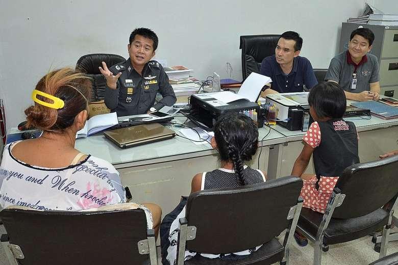 Hai bé gái Thái Lan bị buộc tội vì xé danh sách bầu cử - 1