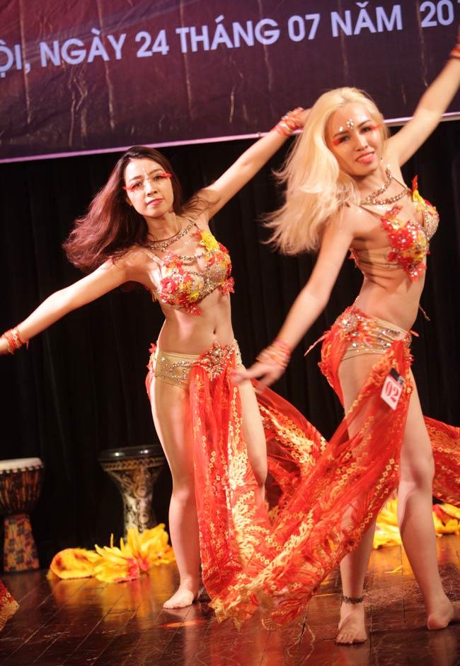 Thiếu nữ châu Á khoe vũ điệu bellydance nóng bỏng tại HN - 2