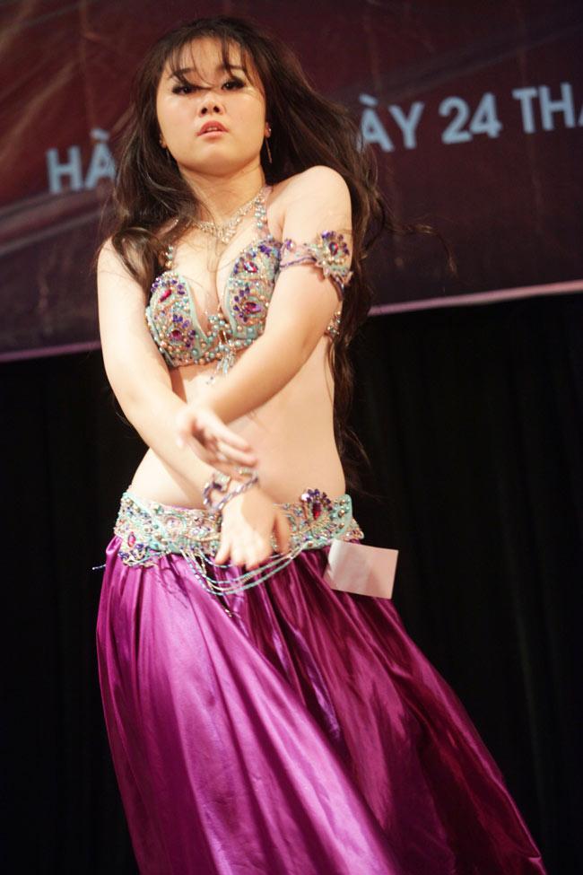 Thiếu nữ châu Á khoe vũ điệu bellydance nóng bỏng tại HN - 3