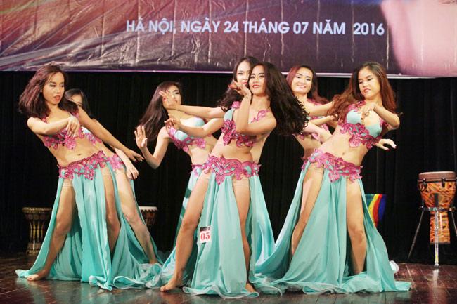 Thiếu nữ châu Á khoe vũ điệu bellydance nóng bỏng tại HN - 1