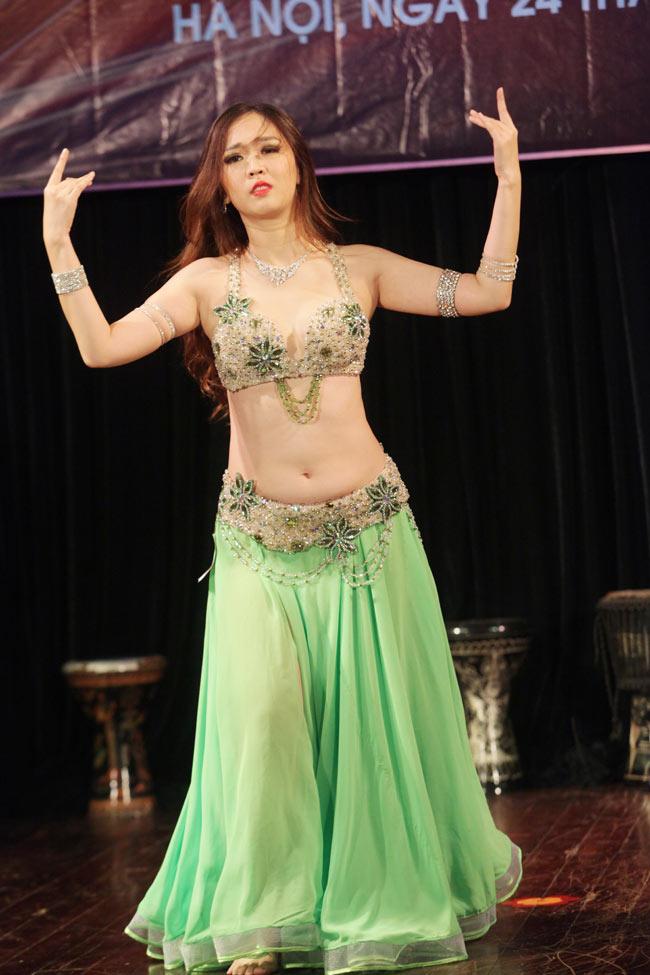 Thiếu nữ châu Á khoe vũ điệu bellydance nóng bỏng tại HN - 5