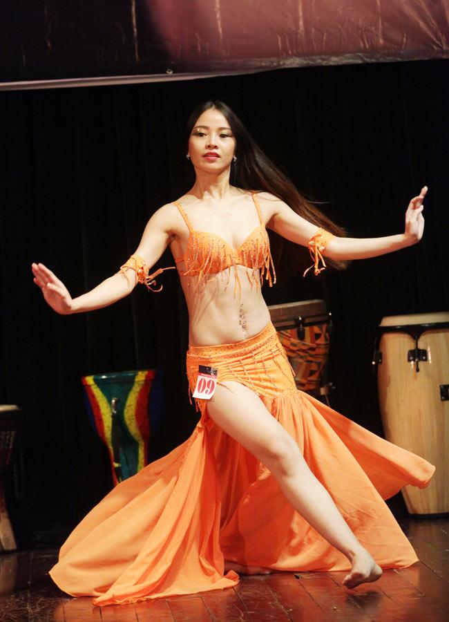 Thiếu nữ châu Á khoe vũ điệu bellydance nóng bỏng tại HN - 7