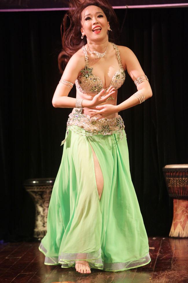 Thiếu nữ châu Á khoe vũ điệu bellydance nóng bỏng tại HN - 6