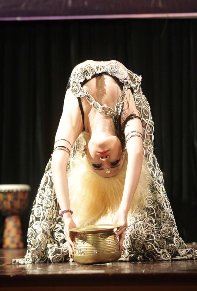 Thiếu nữ châu Á khoe vũ điệu bellydance nóng bỏng tại HN - 11