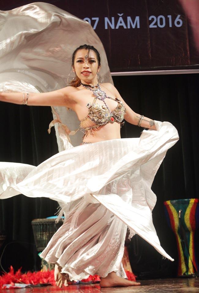 Thiếu nữ châu Á khoe vũ điệu bellydance nóng bỏng tại HN - 9