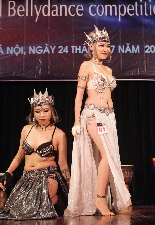 Thiếu nữ châu Á khoe vũ điệu bellydance nóng bỏng tại HN - 8
