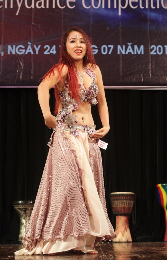 Thiếu nữ châu Á khoe vũ điệu bellydance nóng bỏng tại HN - 12