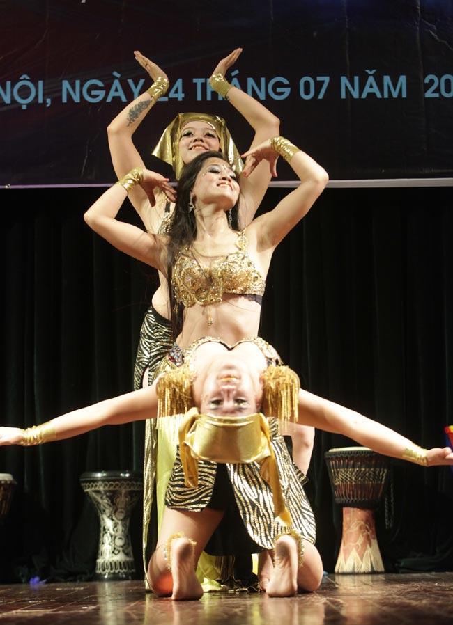 Thiếu nữ châu Á khoe vũ điệu bellydance nóng bỏng tại HN - 13