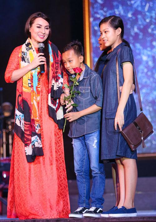 Hồ Văn Cường rụt rè bên mẹ nuôi Phi Nhung trên sân khấu - 1