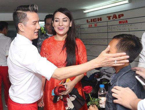 Hồ Văn Cường rụt rè bên mẹ nuôi Phi Nhung trên sân khấu - 4