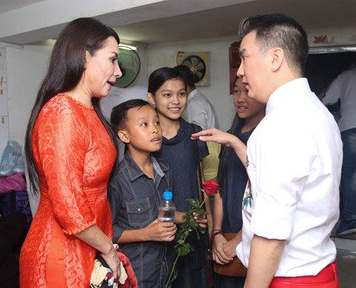 Hồ Văn Cường rụt rè bên mẹ nuôi Phi Nhung trên sân khấu - 5