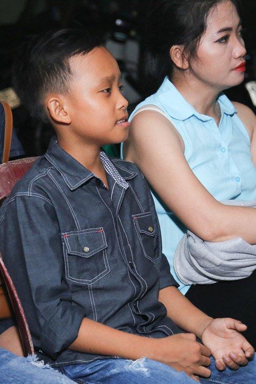 Hồ Văn Cường rụt rè bên mẹ nuôi Phi Nhung trên sân khấu - 7