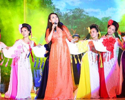 Hồ Văn Cường rụt rè bên mẹ nuôi Phi Nhung trên sân khấu - 6