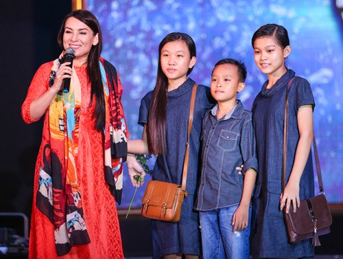 Hồ Văn Cường rụt rè bên mẹ nuôi Phi Nhung trên sân khấu - 8