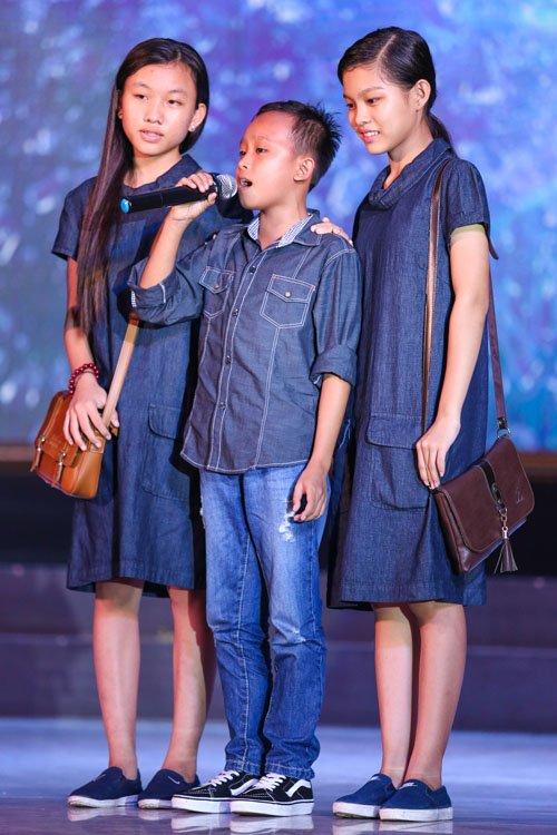 Hồ Văn Cường rụt rè bên mẹ nuôi Phi Nhung trên sân khấu - 9