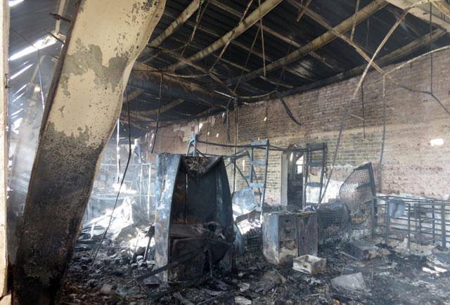 Hiện trường tan hoang sau vụ cháy xưởng nến suốt đêm - 1