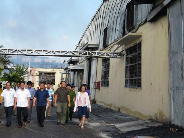 Hiện trường tan hoang sau vụ cháy xưởng nến suốt đêm - 2