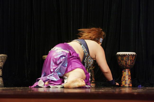 """""""Bà mẹ ngàn cân"""" ngã sõng soài trên sân khấu bellydance - 5"""