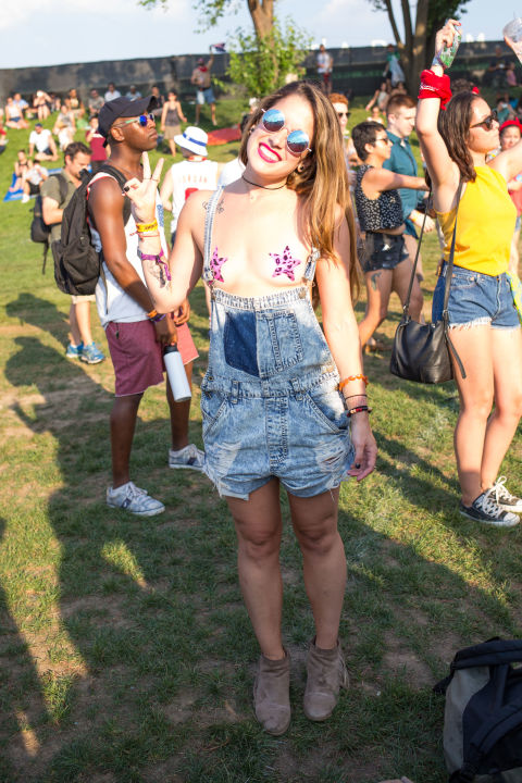Áo lót, bikini, váy siêu ngắn tràn ngập lễ hội âm nhạc - 1