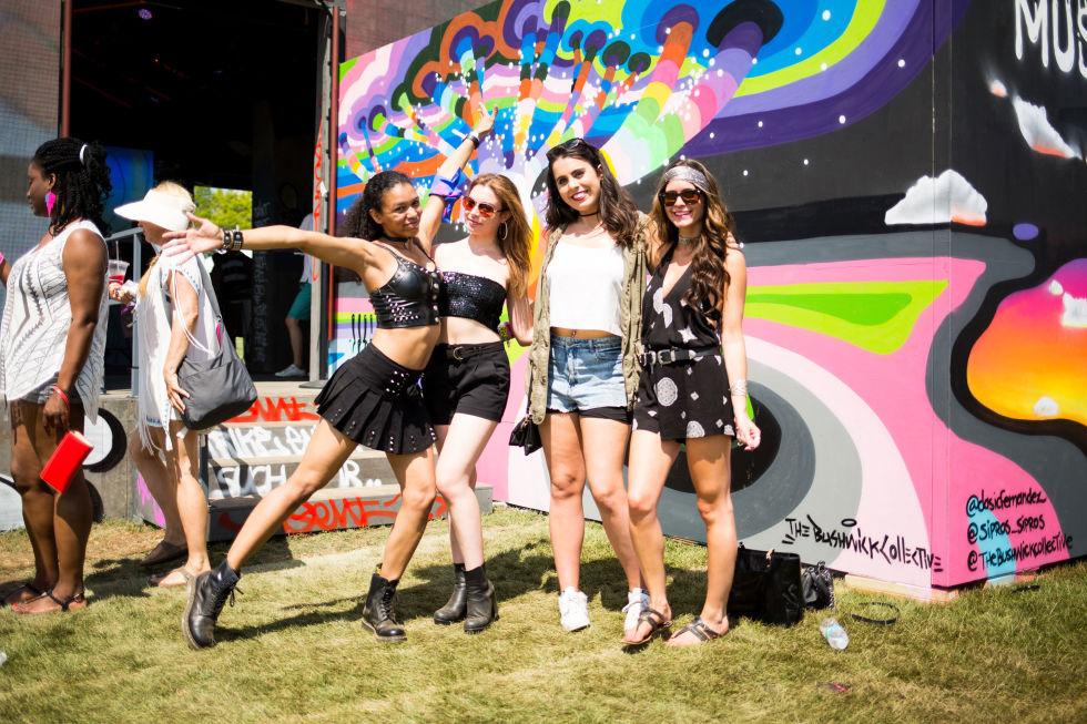 Áo lót, bikini, váy siêu ngắn tràn ngập lễ hội âm nhạc - 12