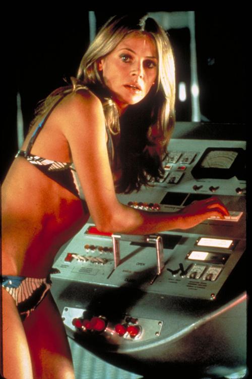 """Nhan sắc Bond girl gợi cảm 1 thời bị """"dao kéo"""" tàn phá - 4"""