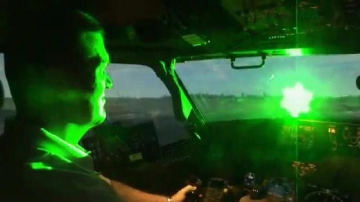 Phi công bất an vì tiếp tục bị chiếu tia laze vào buồng lái - 1