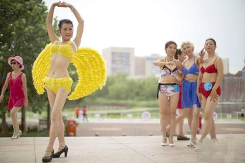 Choáng với màn thi bikini của bô lão Trung Quốc - 1