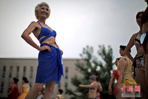 Choáng với màn thi bikini của bô lão Trung Quốc - 2
