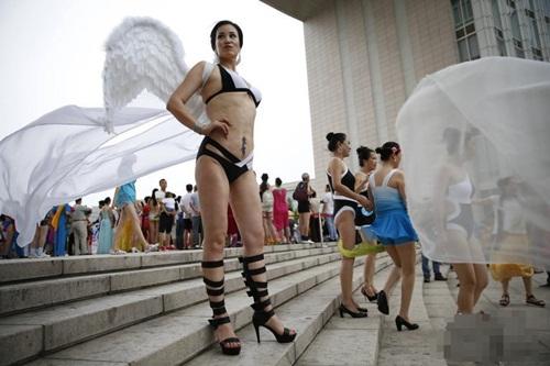 Choáng với màn thi bikini của bô lão Trung Quốc - 4