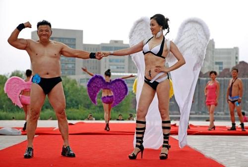 Choáng với màn thi bikini của bô lão Trung Quốc - 5