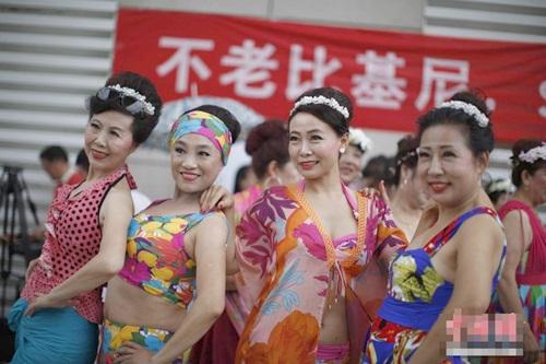 Choáng với màn thi bikini của bô lão Trung Quốc - 9