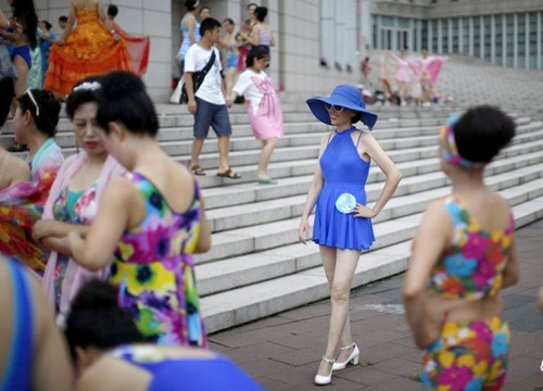 Choáng với màn thi bikini của bô lão Trung Quốc - 10