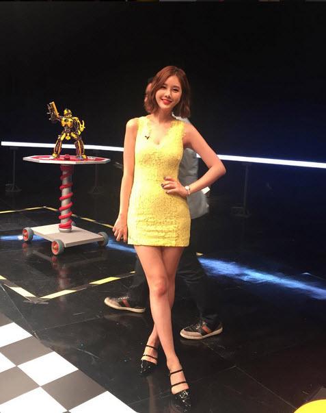 Nữ MC vạch áo, xé váy trên truyền hình lại gây sốt - 8