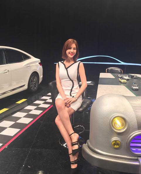 Nữ MC vạch áo, xé váy trên truyền hình lại gây sốt - 5