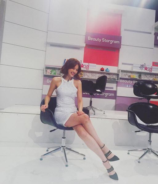Nữ MC vạch áo, xé váy trên truyền hình lại gây sốt - 6