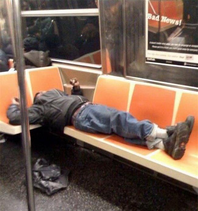 Phải giành cả hai ghế ngủ mới thoải mái.
